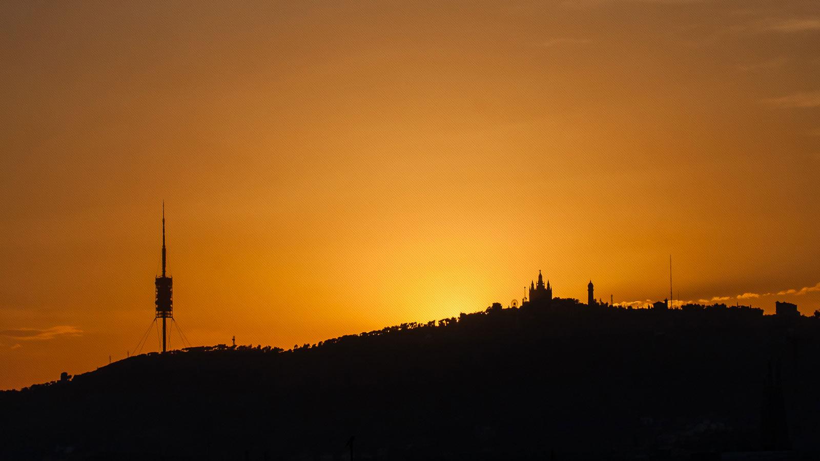 vista montaña tibidabo con la puesta de sol
