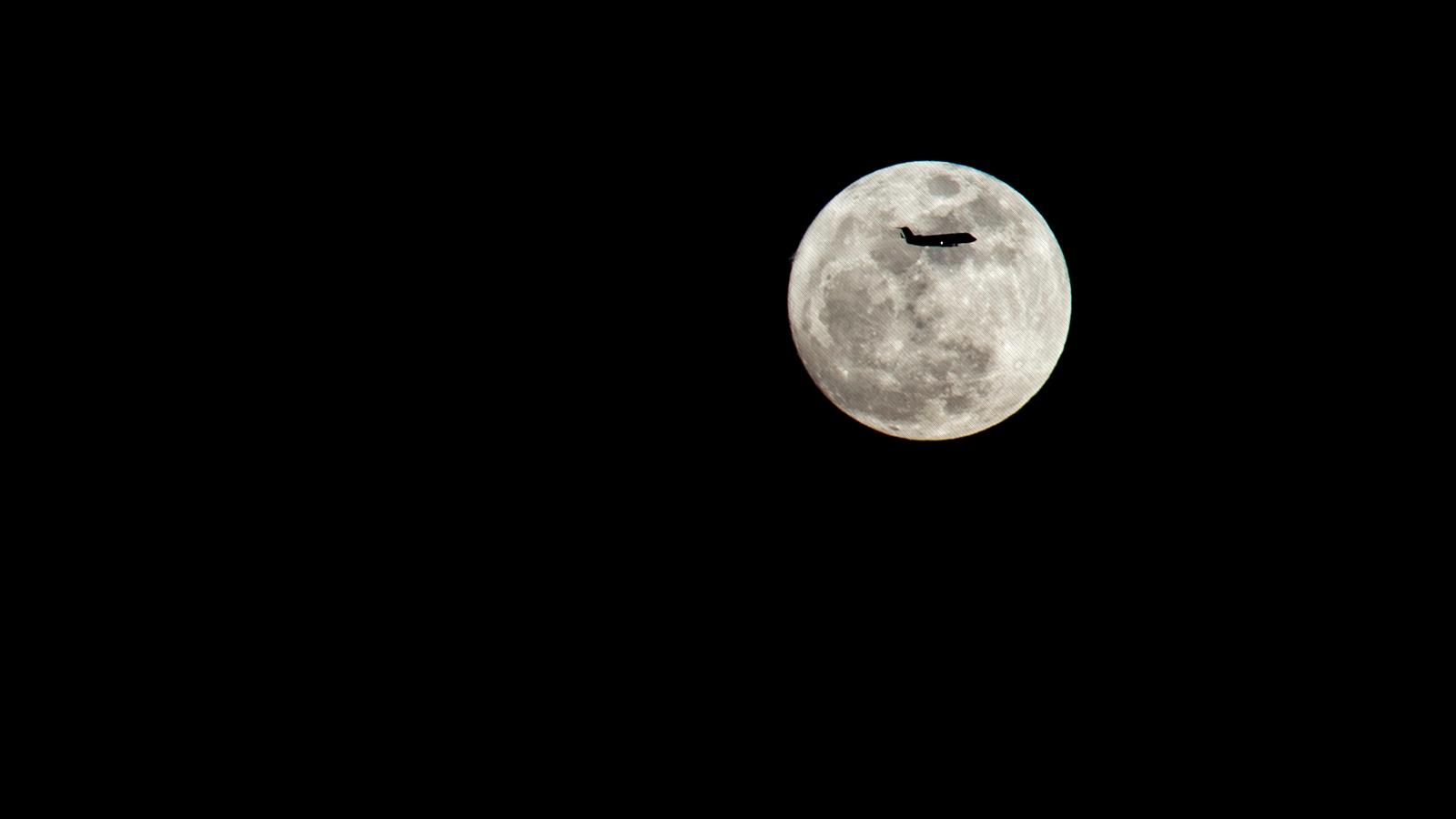 avión a contraluz de la luna