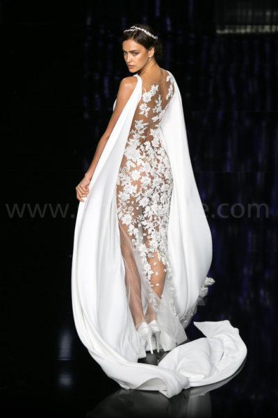 Irina Shayk en el desfile de Pronovias durante la Barcelona Bridal Fashion Week